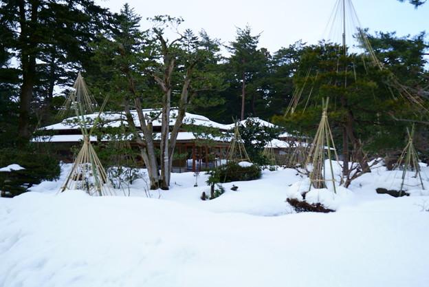 兼六園 時雨亭 雪の中に佇む