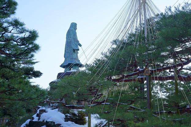 日本武尊の像とお花松(両横に一対)