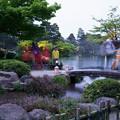 写真: 夕暮れの兼六園 徽軫灯籠と虹橋