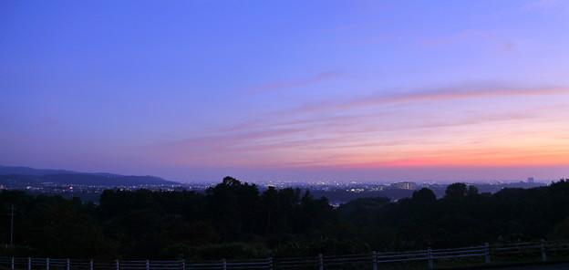 写真: 金沢市の街並みと夕焼け
