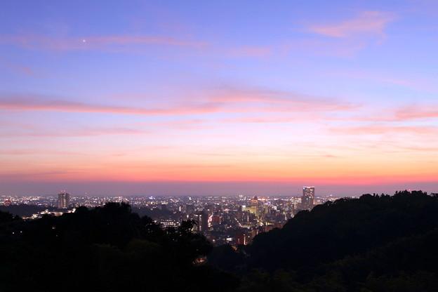 写真: 金沢市の夕焼けと夜景