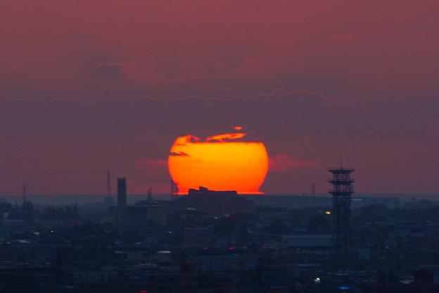 雲から出ると、だるま夕日に!