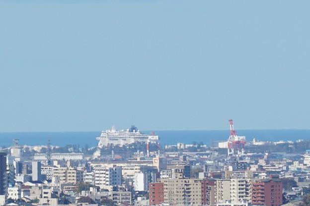 金沢港 豪華客船とキリン