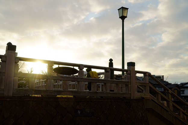 中の橋と夕日