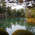 兼六園 霞が池に浮かぶ内橋亭と 蓬莱島(右)