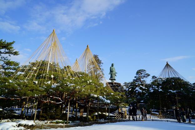 雪の兼六園 日本武尊の像とお花松(手向松)