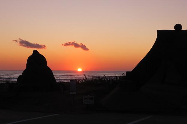 千里浜 夕日と砂像