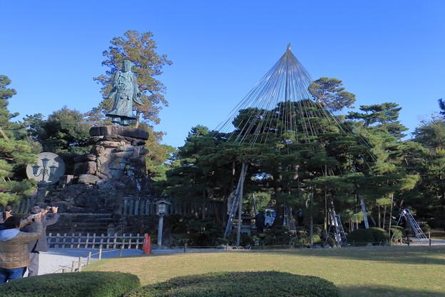 日本武尊の像 お花松の雪吊り