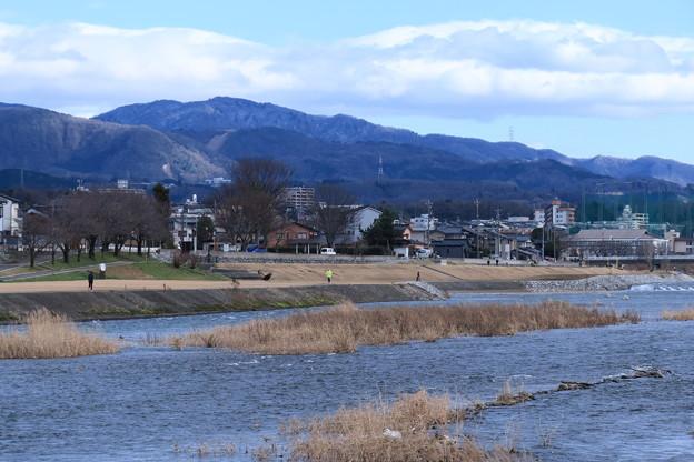 犀川と医王山  スキー場が見えますが雪がありません(;・∀・)