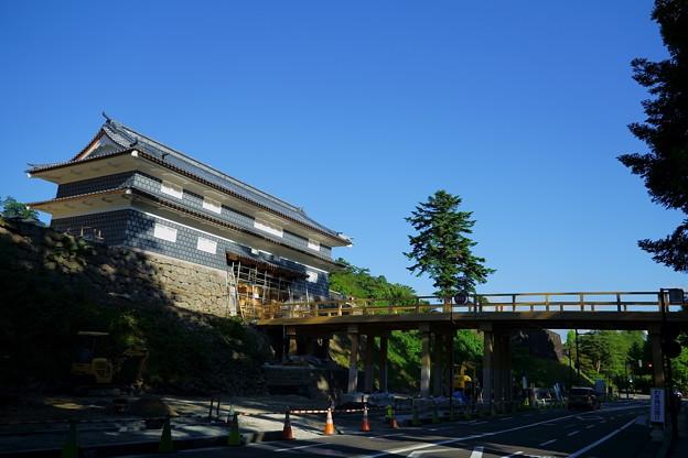 鼠多門(再建工事中)  尾山神社に繋がる鼠多門橋