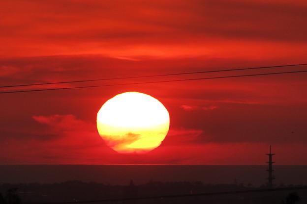 日本海に沈む夕日(1) 雲の中から