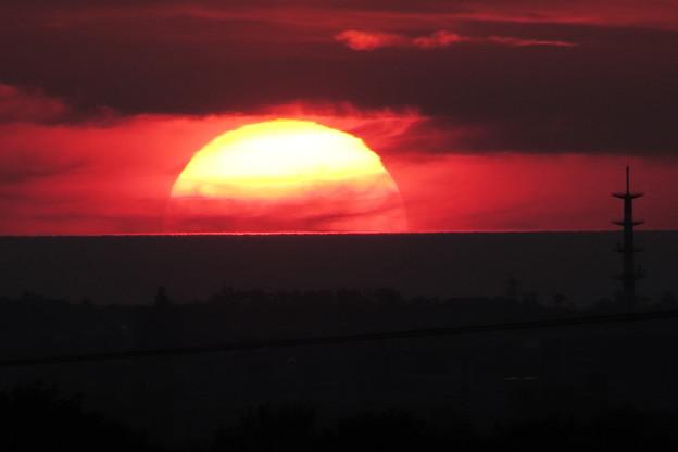 日本海に沈む夕日(2) 雲の中から