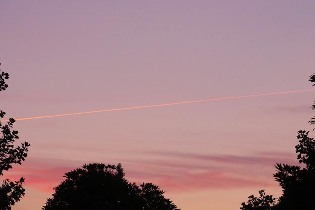 夕暮れの飛行機雲