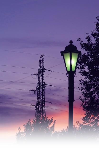 夕暮れの鉄塔と街灯