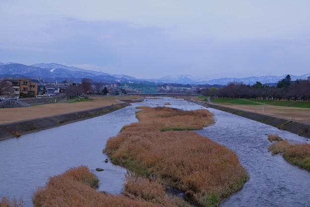 犀川と山並み