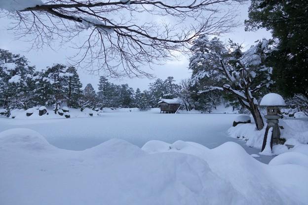 雪の霞が池 内橋亭と徽軫灯籠