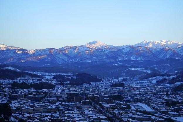 卯辰山見晴台から 雪の山並みと街