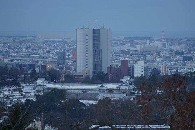 卯辰山見晴台から 金沢城