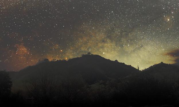 写真: 天の川に浮かび上がる竹田城