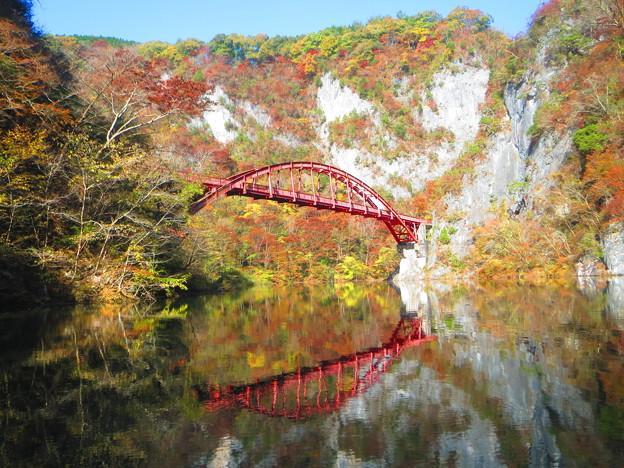 紅葉の中の桜橋