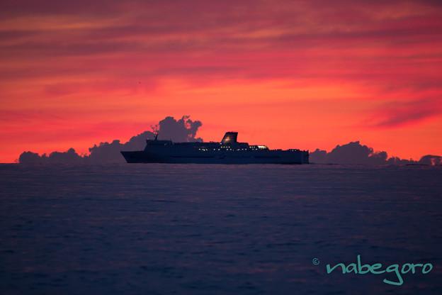 舳倉島の朝焼けと船