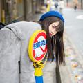 Photos: 看板と戯れる少女