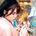 Photos: サーモンとサーモン唇の少女の邂逅
