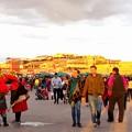 日暮れのスーク市場へ続々人が集まる