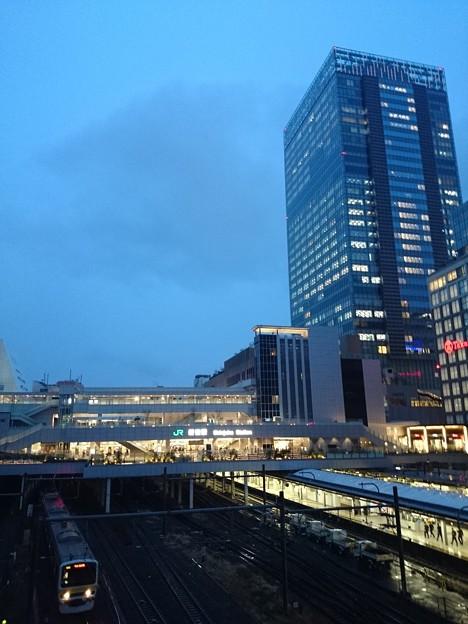 雨の新宿駅