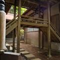 朝日稲荷神社_拝殿と社務所をつなぐ橋-9194