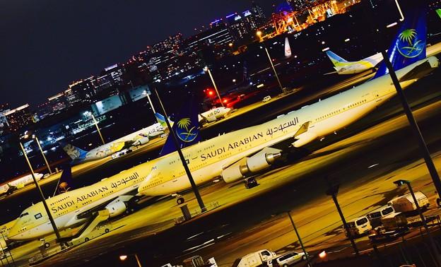 羽田空港の夜。。サウジアラビア王国来日で羽を休む