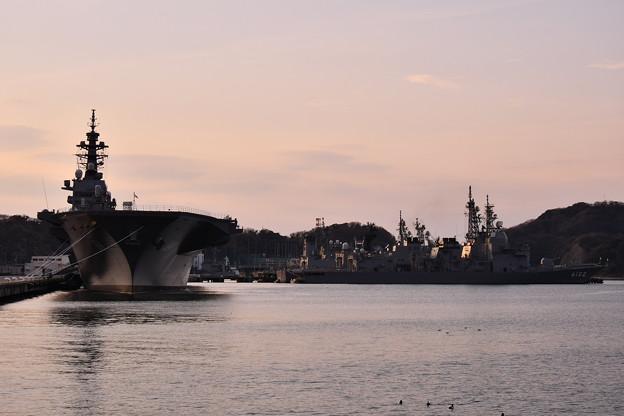夕暮れの海上自衛隊横須賀基地。。護衛艦たち 20170325