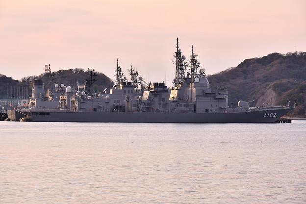 夕暮れの海上自衛隊横須賀基地吉倉桟橋の試験艦あすか 20170325