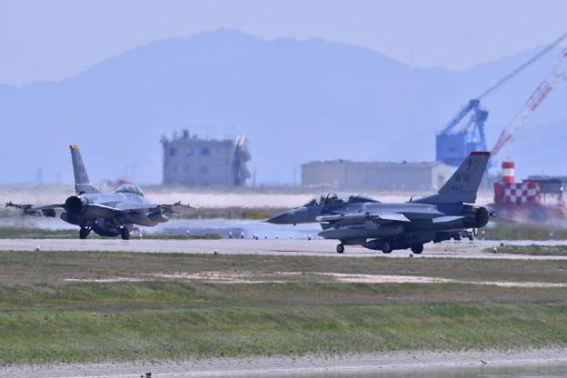 熱い岩国基地。。二機の三沢のF-16D 5月3日