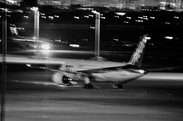 モノクロな夜の羽田空港風景。。20170527