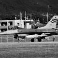 モノクロの横田基地。。在韓米軍オーサンのF-16