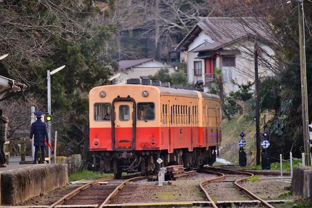 小湊鉄道 下りも上総中野へ出発。。夕暮れの里見駅