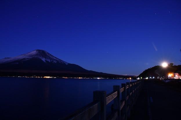 まだ夜明けない山中湖湖畔。。富士山のシルエット 20180102
