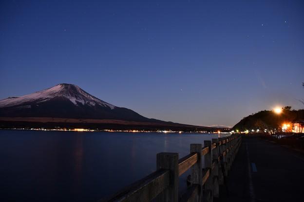 夜明けが始まる山中湖湖畔 月が沈む 20180102