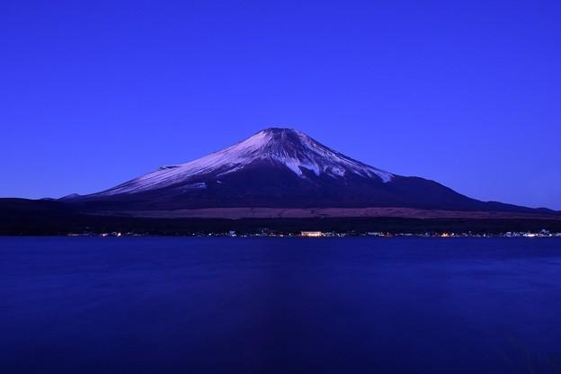 うっすら白く化粧した富士山。。静寂な山中湖 20180102