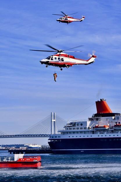 横浜消防出初式。。救出して消防ヘリコプターへ引き上げ 20180107