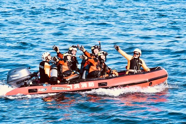 横浜消防出初式。。救出訓練終えて声援に応える潜水士 20180107