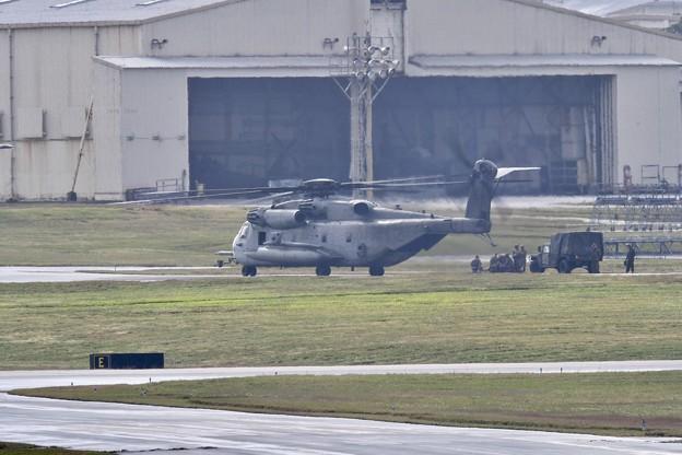 小雨降る中。。米海兵隊のヘリコプターCH-53Eスーパースタリオン