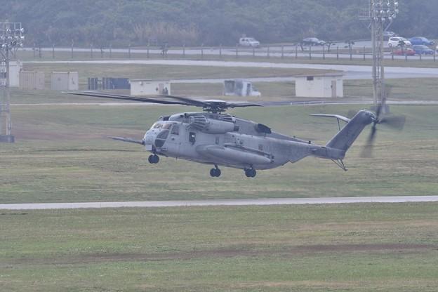 小雨降る中。。米海兵隊のヘリコプターCH-53Eスーパースタリオン上がり