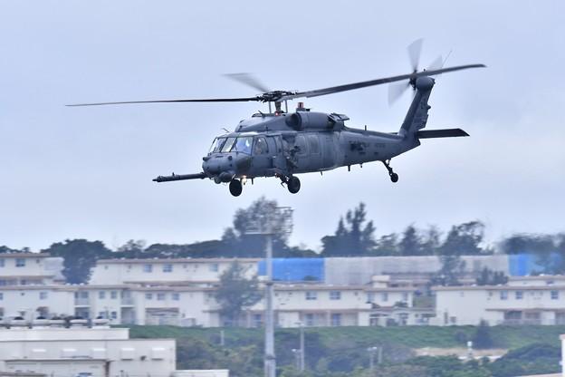 嘉手納の空へ米空軍救難ヘリコプターHH60ペイブホーク 20180108