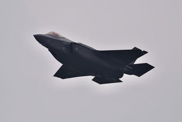 小雨混じりの嘉手納。。オーバーヘッドで進入ブレイクへ F-35A (1) 20180109