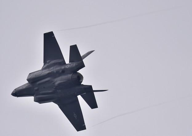 小雨混じりの嘉手納。。オーバーヘッドで進入ブレイク F-35A (3) 20180109