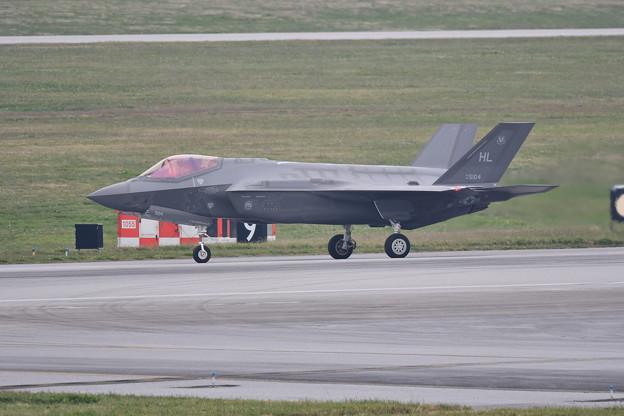 小雨混じりの嘉手納。。着陸して転がり F-35A (1) 20180109