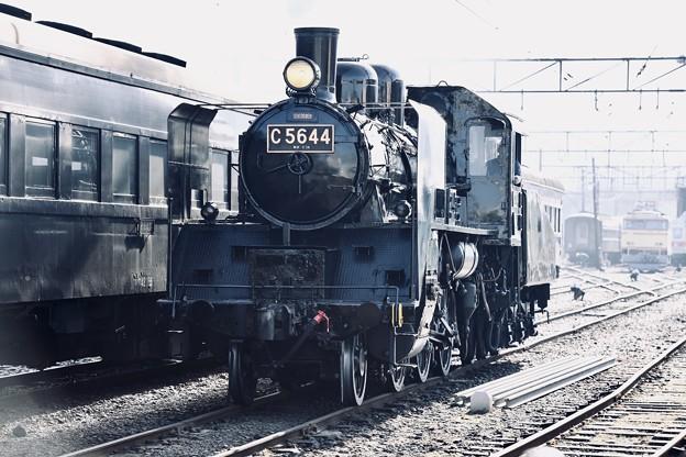 新金谷駅の風景。。客車への連結作業でSL C5644 20180120
