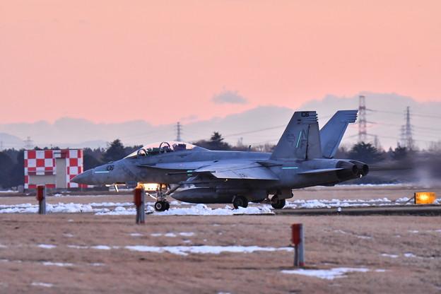 雪解け残る夕暮れの厚木基地 ナイト訓練へVFA102D-BACKS NF106  20180125